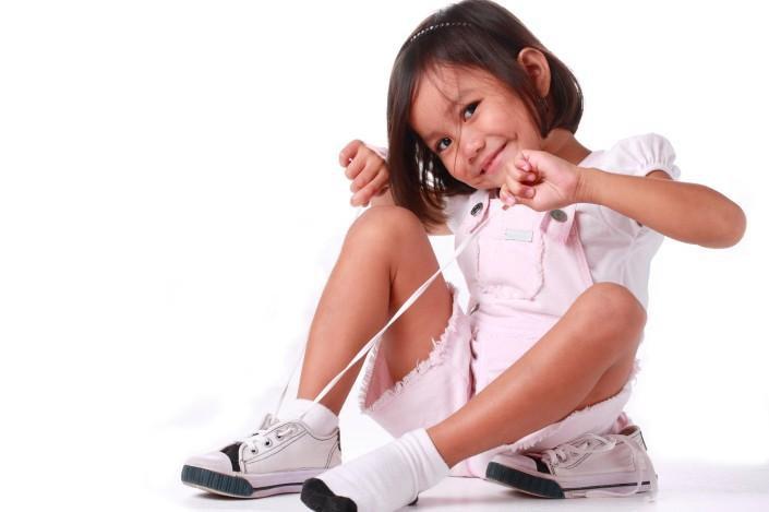 ребенок-завязывает-шнурки