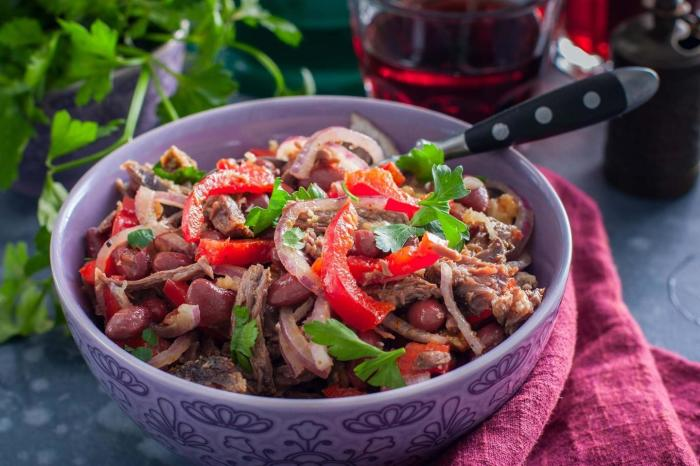 Салат с красной фасолью и говядиной. \ Фото: 1000.menu.