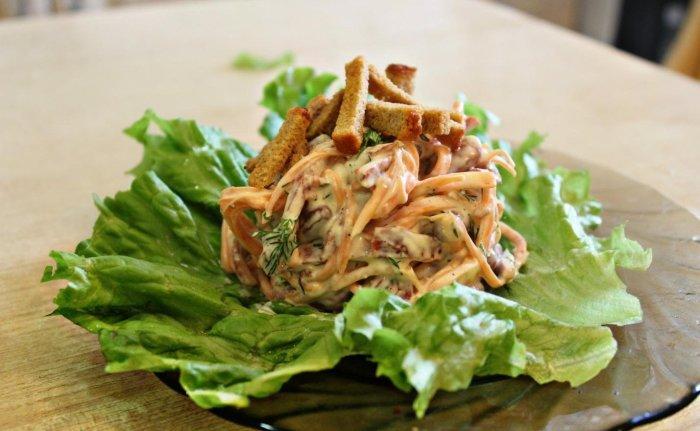 Пикантный салат с корейской морковкой, копчёной колбасой и сухариками. \ Фото: google.com.