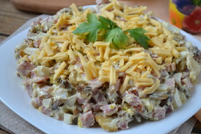 Мясной слоёный салат. \ Фото: google.ru.