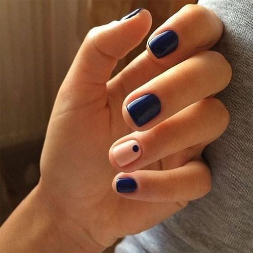 Черный лак на всех ногтях, кроме одного