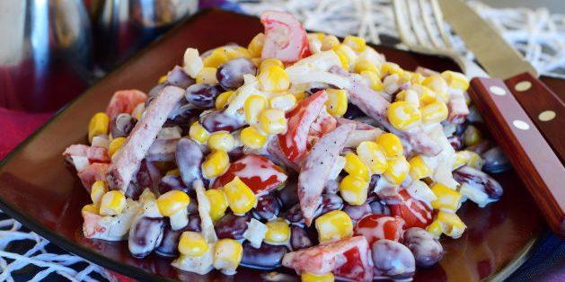 Салат с фасолью, колбасой, кукурузой и помидорами