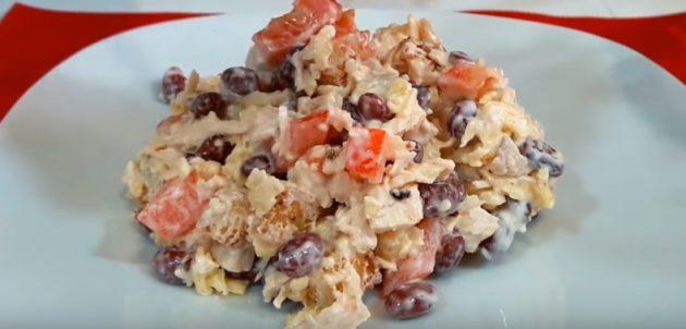 Салат с фасолью, курицей, помидорами, сыром и сухариками