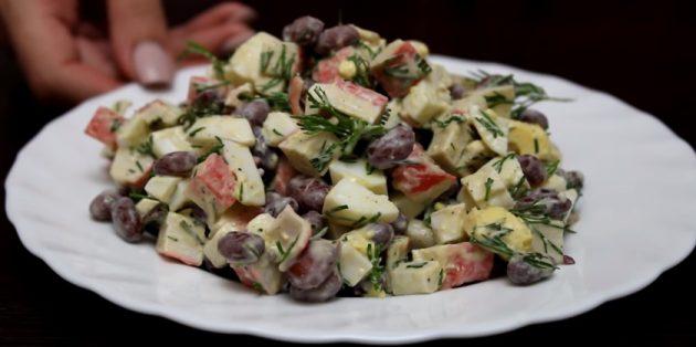 Салат с фасолью, крабовыми палочками и яйцами