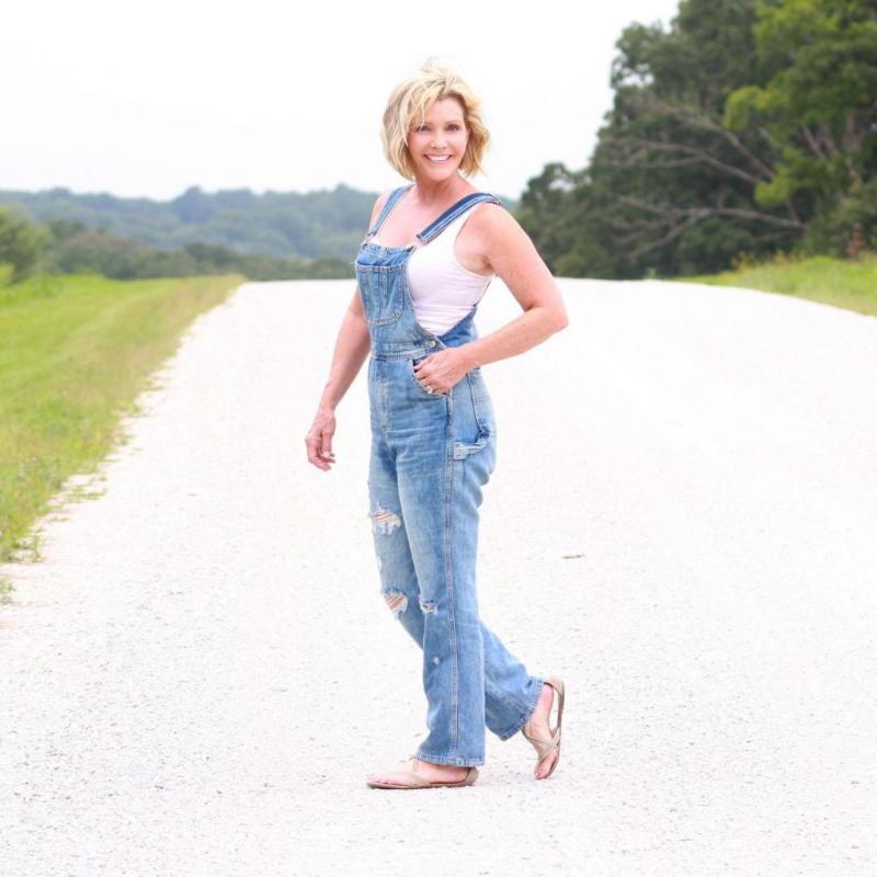 17 вариантов как носить джинсовые вещи в 50 лет