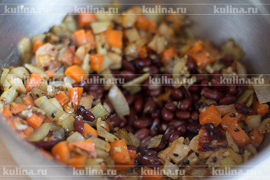 Переложите овощи в глубокую миску, добавьте фасоль.
