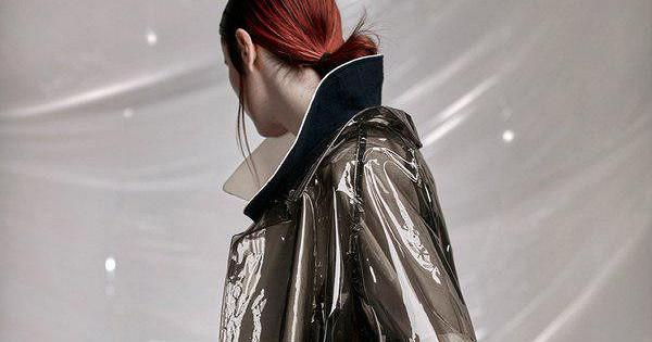 Полупрозрачная пластиковая одежда стала трендом